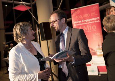 Maren Bock und Martin Günthner, Senator für Wirtschaft, Arbeit und Häfen, bei der Preisverleihung 2016