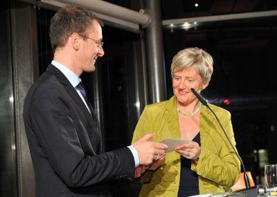 Maren Bock und Martin Günthner, Senator für Wirtschaft, Arbeit und Häfen, bei der Verkündung der Preisträgerin 2012