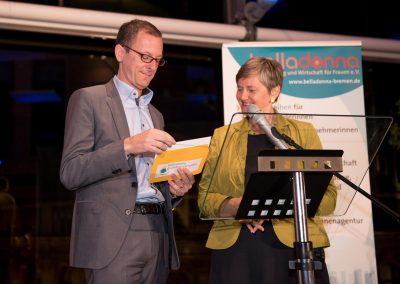Martin Günthner und Maren Bock mit dem Umschlag mit dem Namen der diesjährigen Preisträgerin