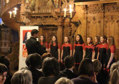 Der Mädchenchor eröffnet die Festveranstaltung