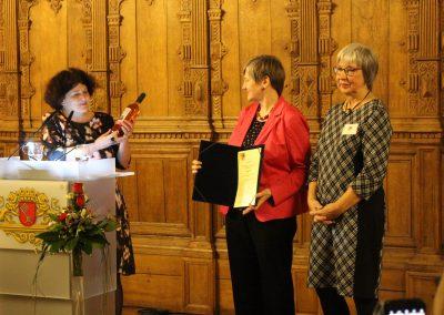 Glückwünsche und Geschenk der Bremer Frauenbeauftragten Bettina Wilhelm für Maren Bock und belladonna